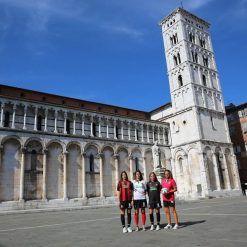 Le maglie della Lucchese sotto il Duomo di Lucca