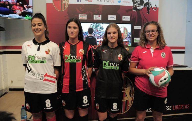 Le divise della Lucchese presentate dalle ragazze del volley