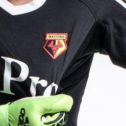 Dettaglio stemma, maglia nera portiere Watford