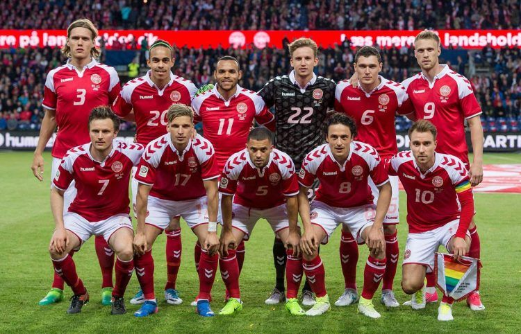 La formazione della Danimarca con la maglia speciale 1992