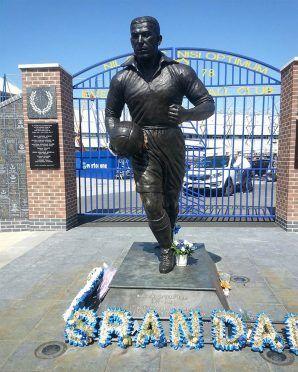 La statua di Dixie Dean davanti lo stadio dell'Everton