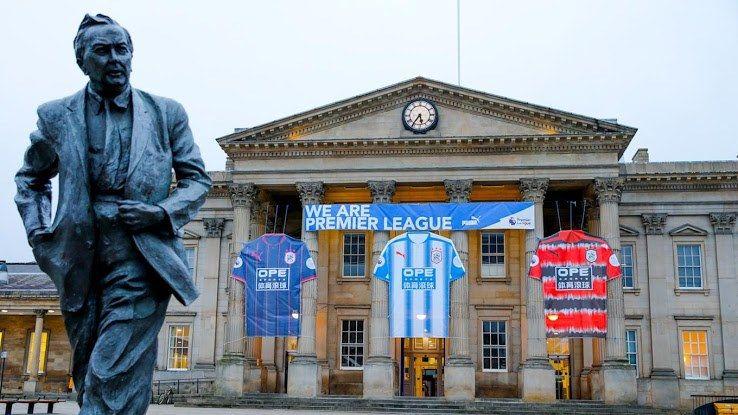 Presentazione maglie Huddersfield stazione