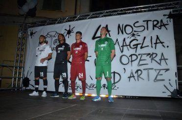 I calciatori dello Spezia con le maglie Acerbis 2017-2018