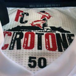 Dettaglio stampa collo, maglia Crotone away