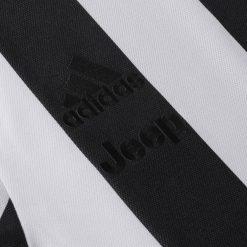 Sponsor adidas e Jeep in nero, maglia Juventus