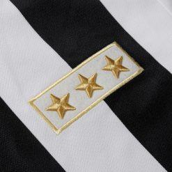 Le 3 stelle dorate ricamate sul petto, maglia Juventus celebrativa