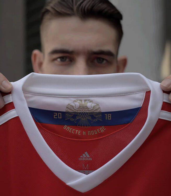 Il dettaglio all'interno del colletto della maglia della Russia per i mondiali 2018