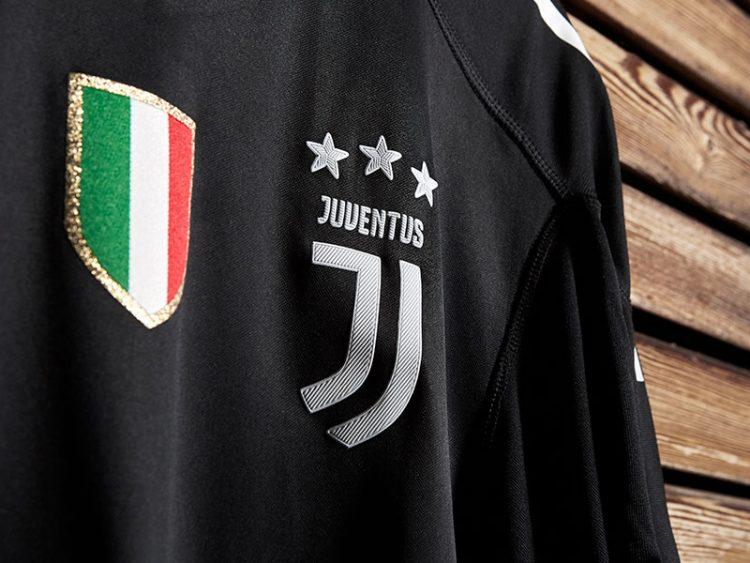 "Dettaglio stemma Juventus, maglia ""Black Edition"" Gianluigi Buffon"