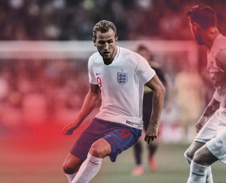 Kane con la nuova divisa dell'Inghilterra 2018