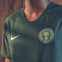 Stemma verde NFA Nigeria su maglia away