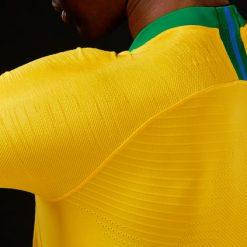 Dettaglio grafica spalle maglia Brasile mondiali