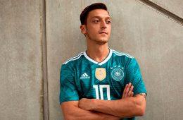 Ozil con la maglia away della Germania peri i Mondiali 2018
