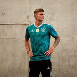 Toni Kroos con la maglia della Germania 2018 verde