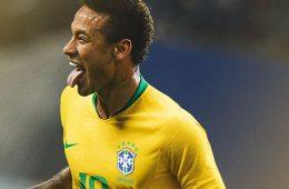 Neymar con la maglia del Brasile per i Mondiali 2018