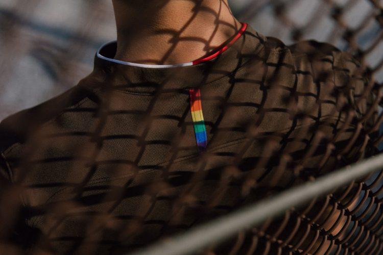 Colori arcobaleno sul retro del collo, maglia St. Pauli