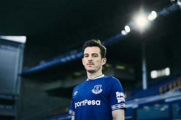 Baines veste la divisa dell'Everton 2018-19