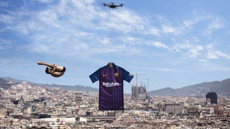 La maglia del Barcellona appesa al drone con lo sfondo della città