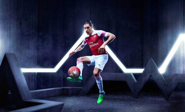 Bellerin con la nuova divisa dell'Arsenal 2018-2019