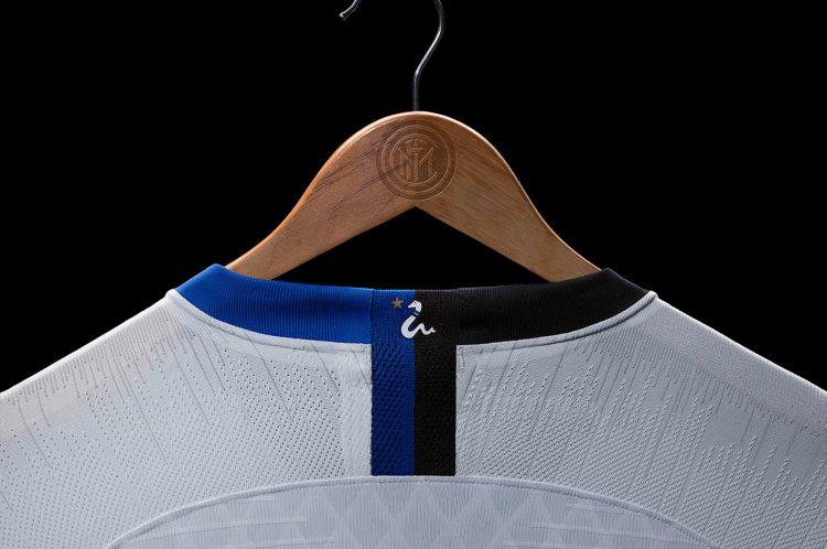 Biscione sul colletto, maglia Inter away