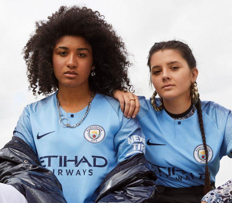 La nuova maglia del City presentata dai giovani tifosi