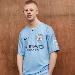 I ragazzi di Manchester posano con la maglia del City