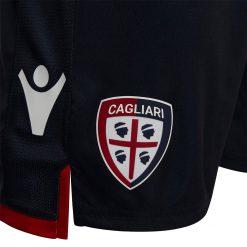 Lo stemma del Cagliari sui pantaloncini