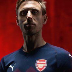 Nacho Monreal con la maglia away dell'Arsenal