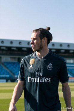 Bale indossa la divisa away del Real Madrid 2018-2019