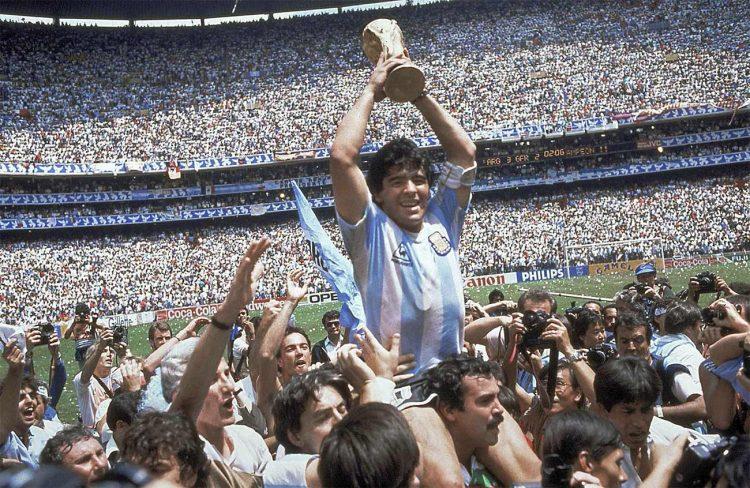 Maradona alza la Coppa del Mondo 1986