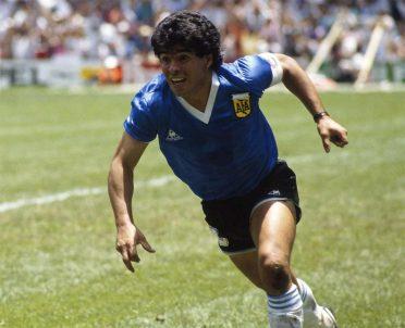 Maradona con la maglia blu usata contro l'Inghilterra nel 1986