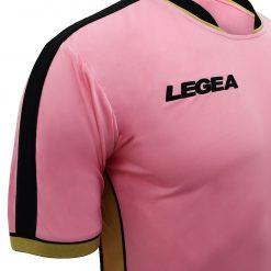 Riga nera sulle spalle, maglia Palermo rosa