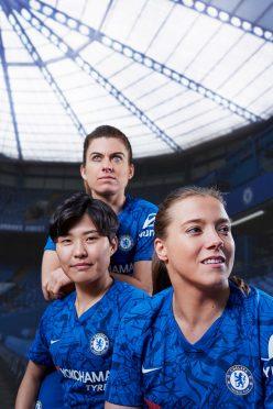 Le ragazze del Chelsea con la nuova maglia