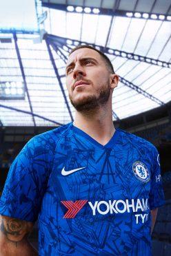Hazard posa con la maglia del Chelsea 2019-2020