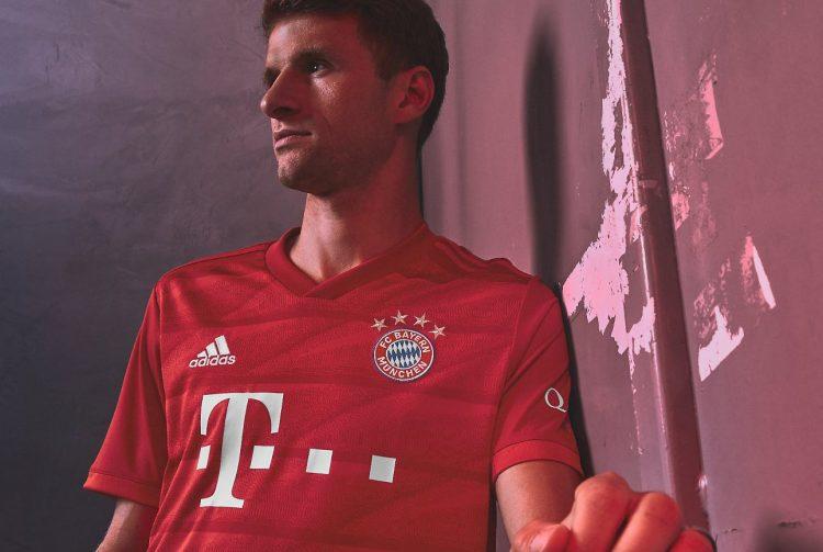 Muller indossa la nuova divisa del Bayern Monaco