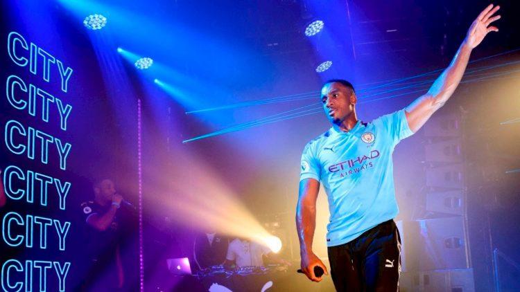 Bugzy Malone con la nuova maglia del Manchester City