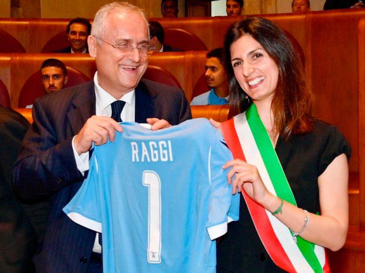Virginia Raggi con la maglia della Lazio