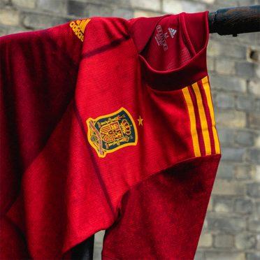 Stemma nazionale spagnolo sulla maglia adidas