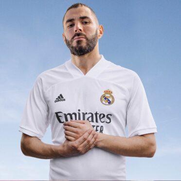 Benzema con la maglia del Real Madrid 2020-2021