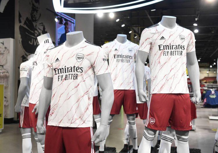 Manichini con la maglia dell'Arsenal away