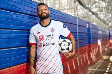 Joao Pedro con la maglia del Cagliari Adidas
