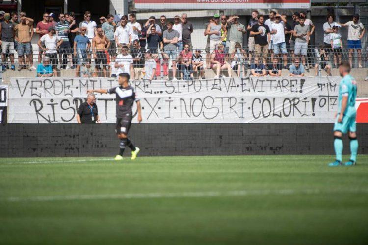 Striscione tifosi Lugano contro maglia verde