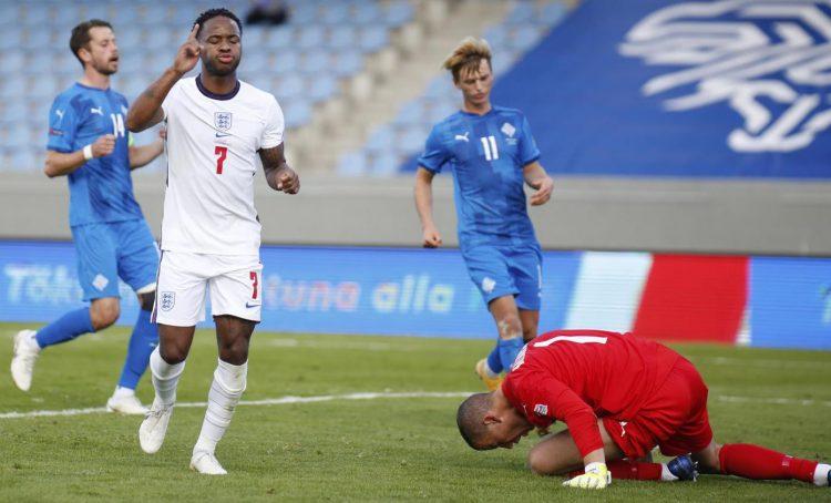 Portiere Islanda maglia rossa vs Inghilterra Sterling