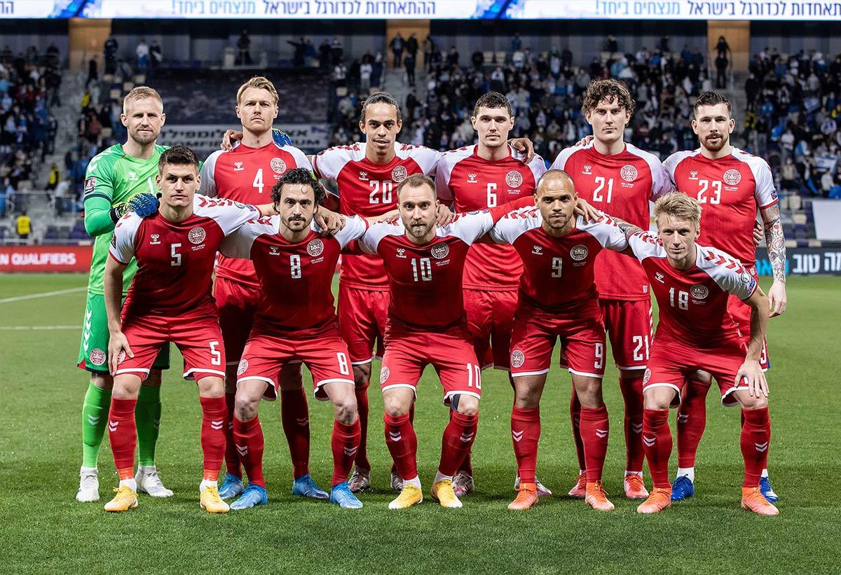 Maglie Danimarca Europei 2021 con l'inno danese sul petto