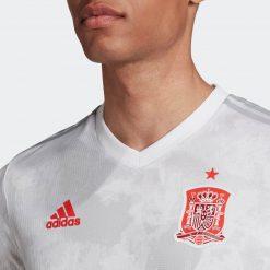 Lo stemma nazionale sulla maglia away della Spagna