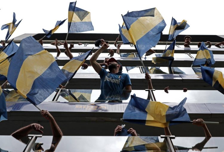 Tifosi e bandiere alla Bombonera