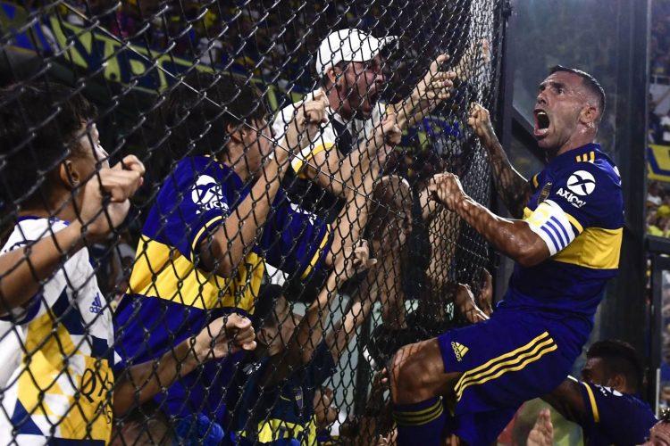 Carlos Tévez esulta con il Boca