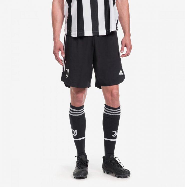 Juventus pantaloncini e calzettoni neri
