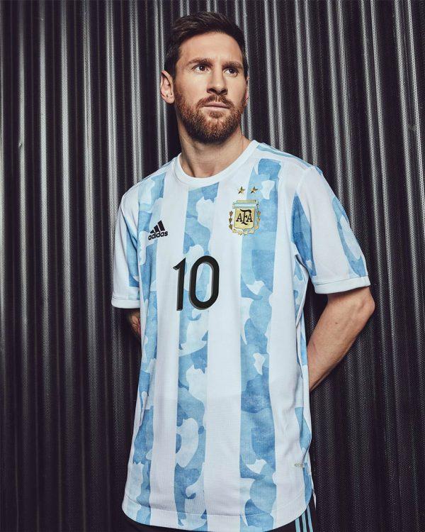 Messi con la maglia dell'Argentina 2021