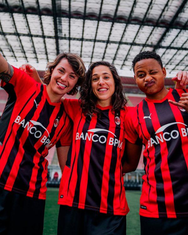Le ragazze del Milan con la nuova maglia rossonera