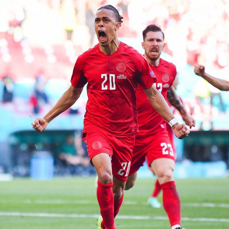 Poulsen indossa la terza divisa della Danimarca a Euro 2020